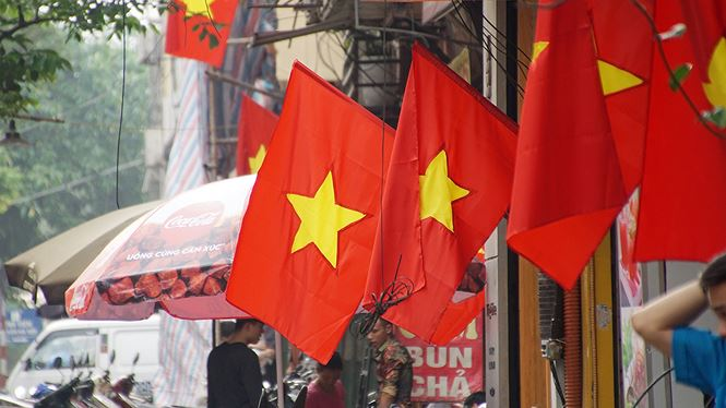 Phố phường Hà Nội rực rỡ cờ đỏ sao vàng mừng ngày thống nhất - ảnh 5