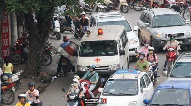 Mặc dù còi in ỏi, người đi đường vẫn không nhường đường cho xe ưu tiên.
