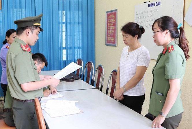 Cơ quan công an đọc lệnh khởi tố đối với Nguyễn Thanh Nhàn. (Ản: báo Tiền phong)