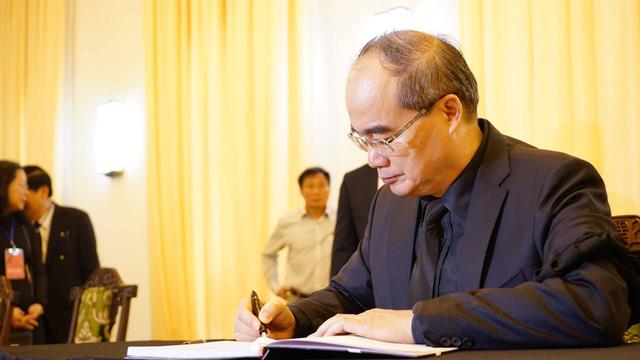 Bí thư Thành uỷ Nguyễn Thiện Nhân dẫn đầu đoàn Thành ủy TPHCM vào viếng và ghi sổ tang.