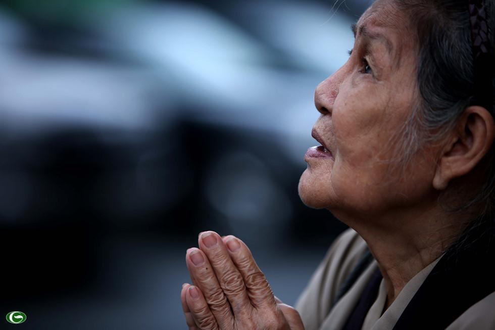 """Bà Phan Thị Bích Hà, 83 tuổi (ngụ Q.10) xúc động chia sẻ: """"Khi biết tin Chủ tịch nước Trần Đại Quang qua đời. Tôi cùng nhiều phật tử đã sắp xếp thời gian đến đây từ sáng sớm để cầu nguyện cho ông được an nghỉ cõi vĩnh hằng và cầu cho quốc thái dân an"""""""