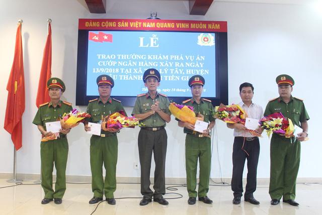 Đại tá Nguyễn Hữu Trí – Giám đốc Công an tỉnh Tiền Giang cũng đã trao thưởng và tặng bằng khen của UBND tỉnh Tiền Giang cho 5 đơn vị