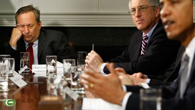 Cựu cố vấn kinh tế của Tổng thống Mỹ Obama, Larry Summers, tranh thủ chợp mắt trong cuộc họp báo vào tháng 4/2009 tại Nhà Trắng.