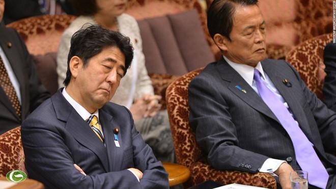 Thủ tướng Nhật Bản Shinzo Abe và Bộ trưởng Tài chính Taro Aso cùng say sưa ngủ khi một thành viên đảng đối lập chất vấn trong phiên họp báo cáo ngân sách tại Tokyo tháng 2/2013.