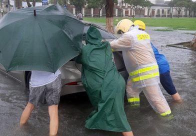 Lực lượng chức năng Đà Nẵng phối hợp giúp dân trong mưa lũ
