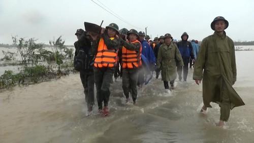 Trăm người lính dầm mình giữa đồng sâu lạnh giá tìm 2 mẹ con bị mưa cuốn trôi