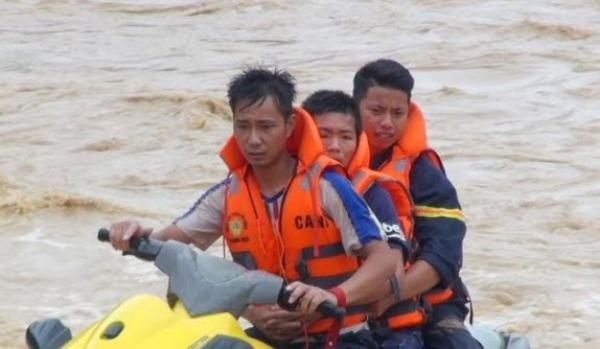 Hình ảnh lay động lòng người của những chiến sỹ công an dầm mình trong lũ cứu người