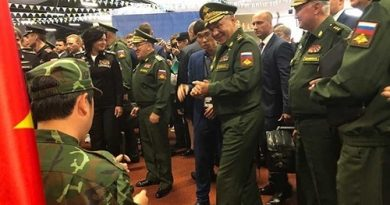 Bộ trưởng Sergey Shoigu tỏ ra thích thú với tiếng đàn bầu dân tộc của Việt Nam. Ảnh: QĐND.