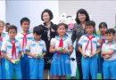 Phó Chủ tịch nước Đặng Thị Ngọc Thịnh tặng quà học sinh